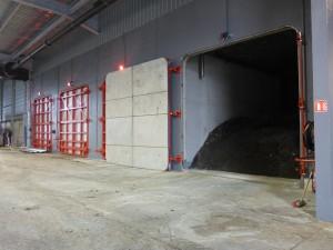 La méthanisation a lieu dans des tunnels remplis et vidés au chargeur.