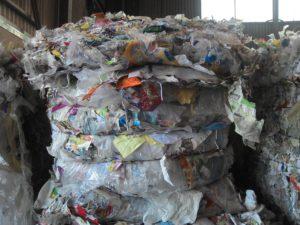Plastiques exportés : un courtier sanctionné, Poirson pointe les recycleurs
